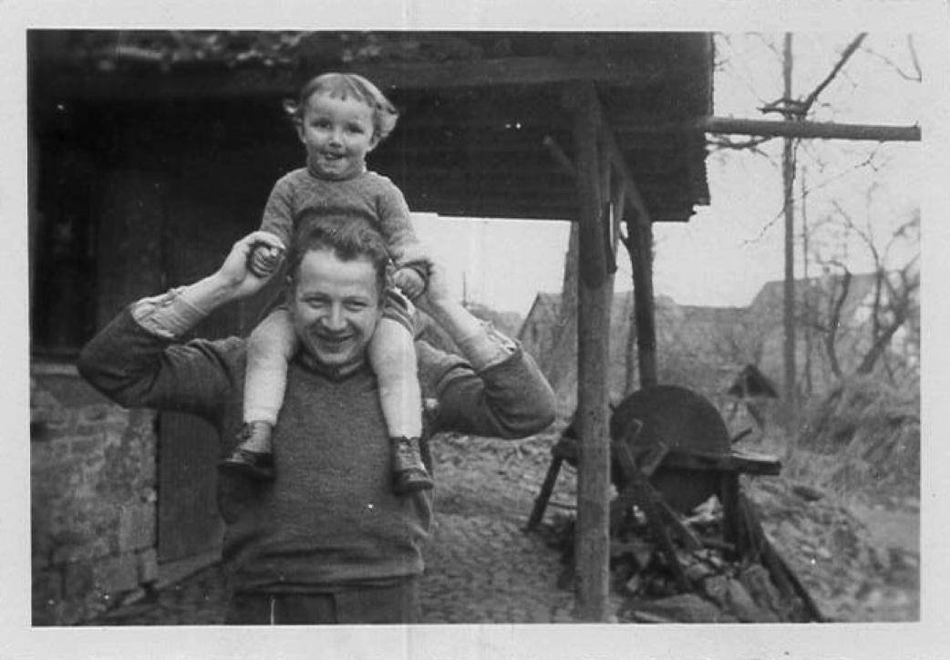 Emil Ullmann mit Sohn Horst Ullmann vor der Schmiede (1942)